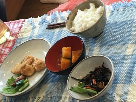 食器によそった食事を見て、バランスを再確認