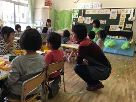 講師の杉野さんが園児に感想を聞く様子